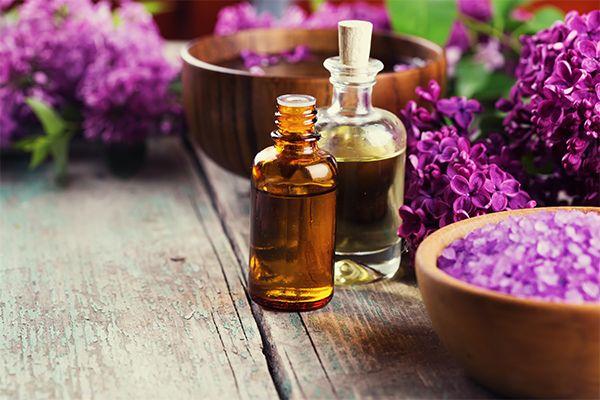 Historia de la Aromaterapia Rene Maurice Getefosse creó la aromaterapia. Él recupero lo que en Ayurveda se trata desde hace miles de años. Masaje...