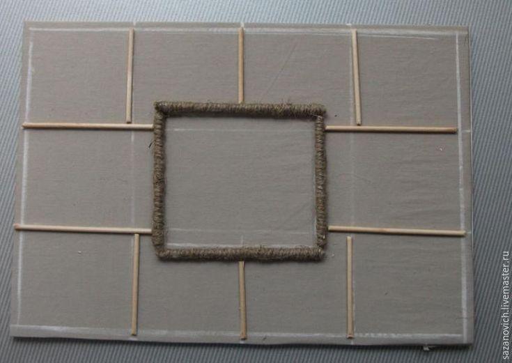 Тема «рустик» дала мне повод расхомячить небольшие залежи разных декоративных штучек — от деревянных палочек до малюсеньких керамических кувшинчиков, которые только и ждали, когда же их, наконец, заметят и пустят в дело. Для такого мини-панно потребуется: - деревянная рамка размером 10х10 (или 10х15) см; - нейтральная ткань или картон для фона; - декоративная льняная ткань для мешочков; - плоские…