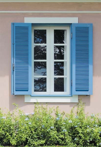 """""""A maior dificuldade foi compatibilizar a fachada com a distribuição no interior"""", comenta Alberto Lahós, sócio de Marco do Carmo, exemplificando a situação com o episódio das janelas. Os arquitetos pretendiam arranjar as esquadrias simetricamente do lado de fora e, para isso, tiveram de criar duas janelas falsas. Tanto o lavabo quanto a capela exibem as mesmas venezianas dos outros ambientes, mas são tampadas por dentro, como se vê na foto."""