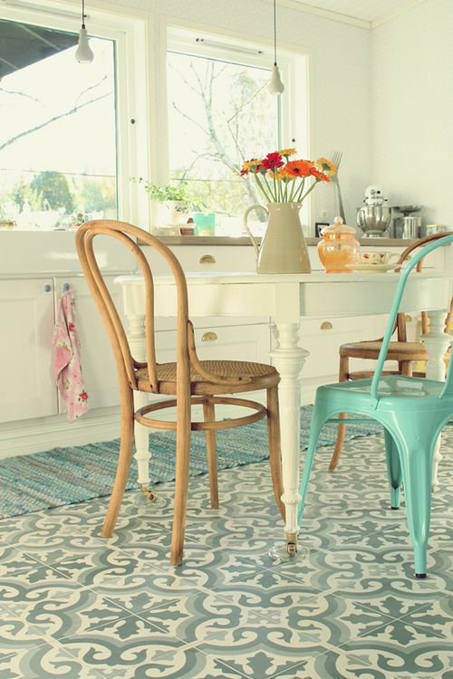cocina retro renovada en blanco y azul turquesa con baldosas hidrulicas en el suelo y silla