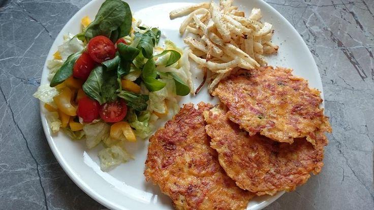 Zvířátkový den - sýrovošunkové placky,celerové hranolky.Nastrouhat sýr,nakrájet šunku,cibuli,2 vejce a péct placky na oleji