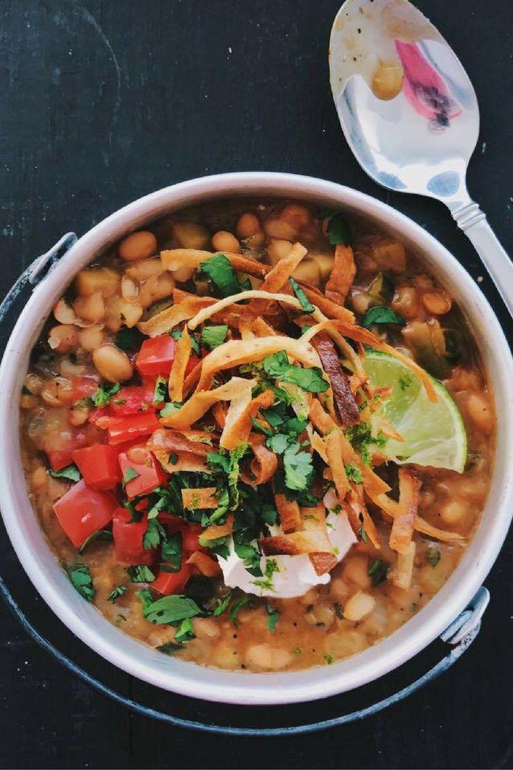 Chili végétarien blanc à la mexicaine avec haricots blancs, courgette et coriandre. chefcookit.com/