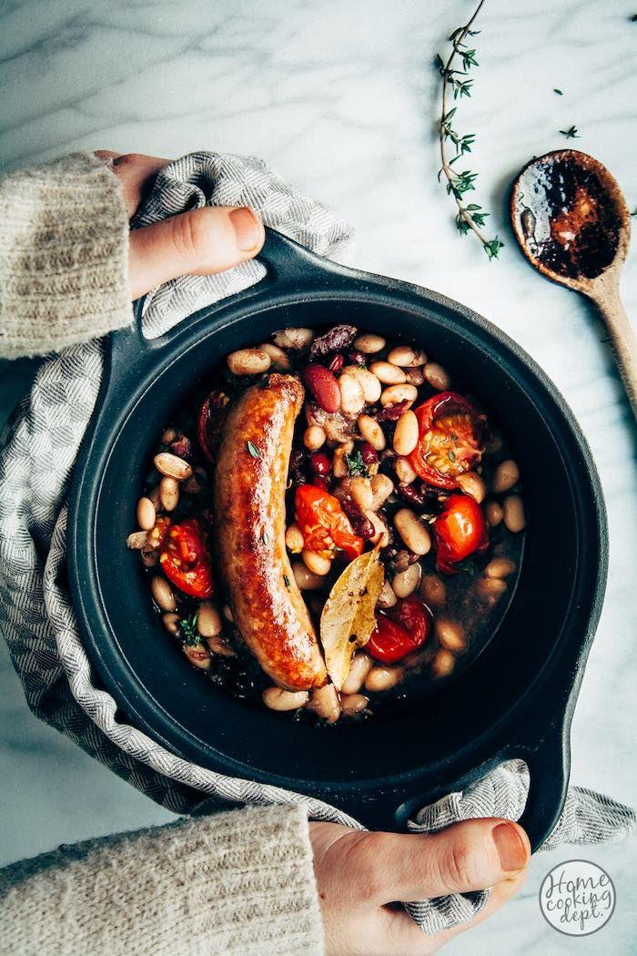 Witte bonen stoofschotel + ovengedroogde tomaatjes / Happy Days! Door de ansjovis, laurier en tijm gaat je huis heerlijk ruiken. De lekkere smaken trekken tijdens het stoven in de witte bonen! Super lekker met worstjes.