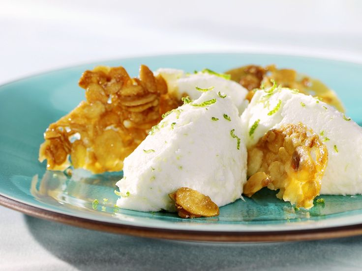 Buttermilchmousse mit Karamell-Mandeln   http://eatsmarter.de/rezepte/buttermilchmousse-mit-karamell-mandeln