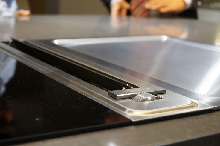 Afzuigkap in het werkblad. Keukentrend: afzuikappen steeds minder in het zicht. http://vanwanrooijtiel.nl/keukens/keukentrends/