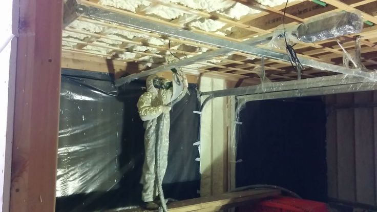 Утепление пенополиуретаном встроенного в дом гаража. Стены - жесткое ППУ...
