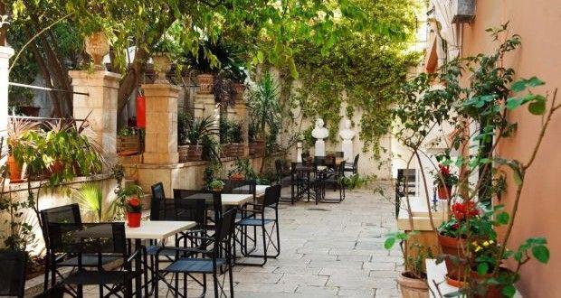 Μικρές οάσεις στο κέντρο της Αθήνας: Πίνοντας καφέ σε αυλές αθηναϊκών μουσείων. – Θανάσης Ξάνθος   Kiss My GRass
