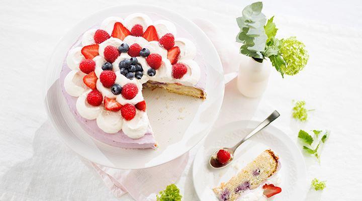 Poke cake eli pokekakku ei suinkaan viittaa suosittuihin Pokemon -hahmoihin, vaan kakkuun paineltuihin koloihin (poke on eng. tökätä, tökkiä). Kuningatarpokekakussa koloihin valutetaan marjaista mehukeittoa, joka maustaa, mehevöittää ja värjää kakun laikukkaaksi. Kakku kuorrutetaan runsaalla kuningatarrahkalla, kermavaahdolla ja marjoilla. Kokeile uutta ja helppoa tapaa valmistaa mehevä kakku!