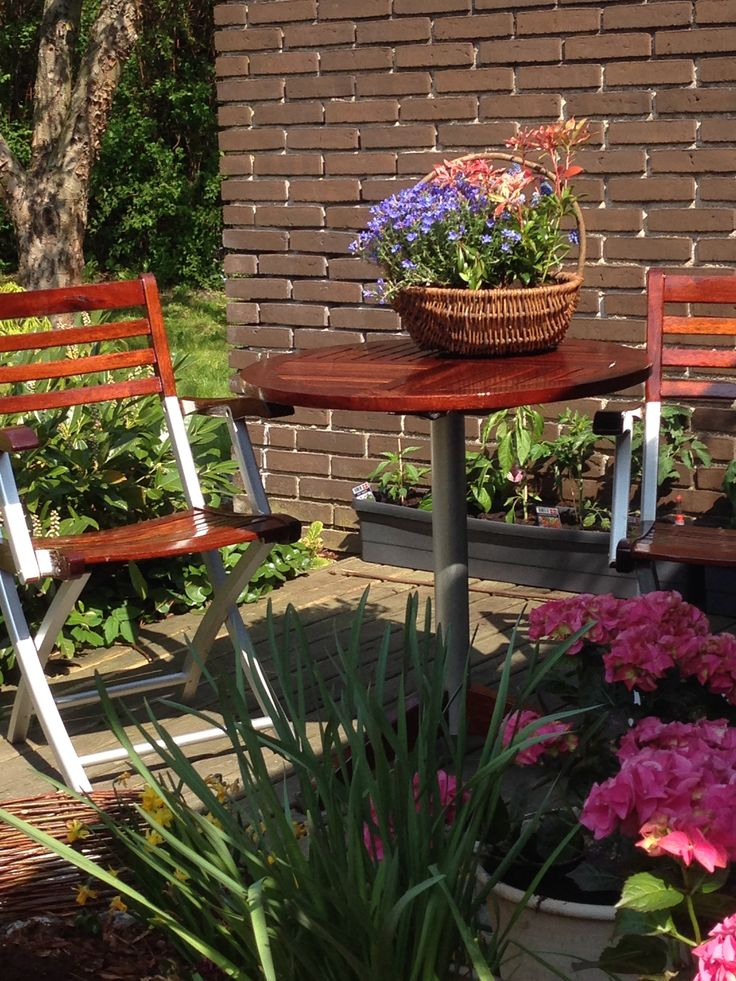 Garden furniture rinsed and laquered - ready for summer