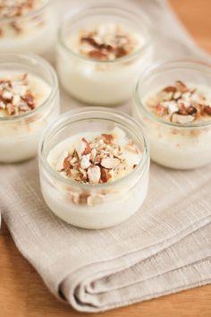 8 petits pots = 80g de semoule + 60cl de lait d'amande + 70g de sucre + 1 gousse de vanille