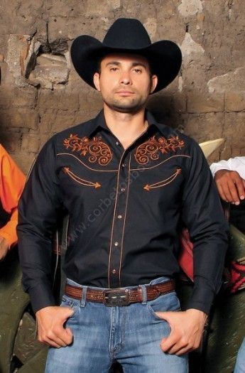 e4a3c1f95c Pensada para grupos musicales o exhibiciones de baile  compra esta camisa  country para hombre Ranger s color negro con bordados naranja.