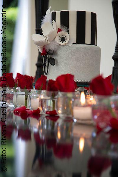 El pastel sigue el tema poco convencional en su combinación de #Negro y #Plateado y un #Bouquet de flores con #Plumas. Dramática propuesta de #DePastel  ©Foto: Rivera Cuéllar Fotografía ©Decoración: Maples y Margaritas ©Pastel: De Pastel  Puedes ver la edición completa de #BodadeBodasMagazine en: https://issuu.com/bodadebodasmagazine/docs/bodadebodas.magazine_no._28_2er._se