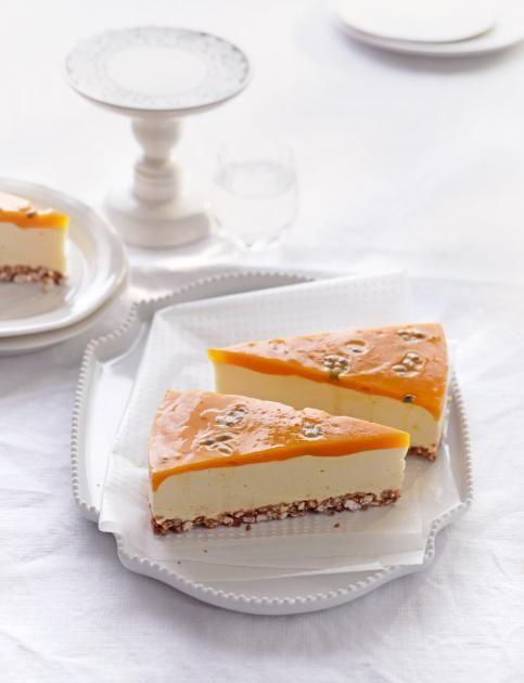Cremiger Frischkäse mit Mango und Passionsfrucht auf einem Puffreisboden - Cheesecake ohne Backen.