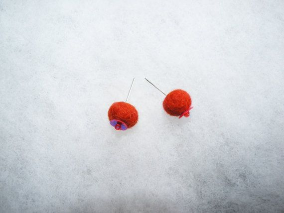 Minimalist stud round earrings. Red felted sparkling by EmisaFelt