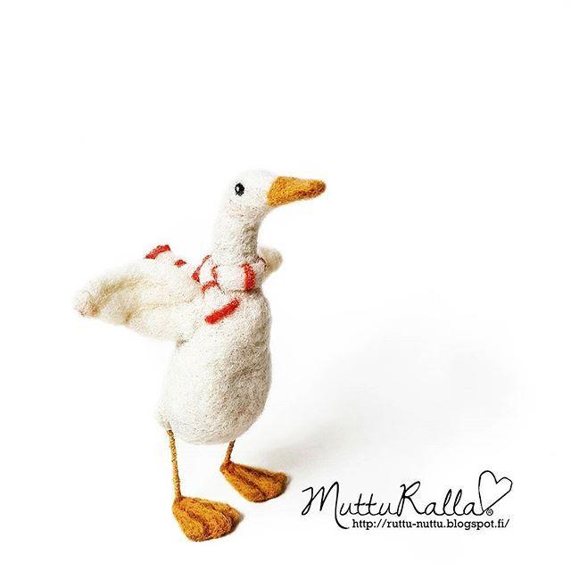 Well, hello mr. Duck!  Needle felted duck and scarf.#mutturalla #handmade #needlefelting #felted #felt#ironwire #duck #❤ #sinelli #sinellioy @sinellioy #neulahuovutus #neulahuovutettu