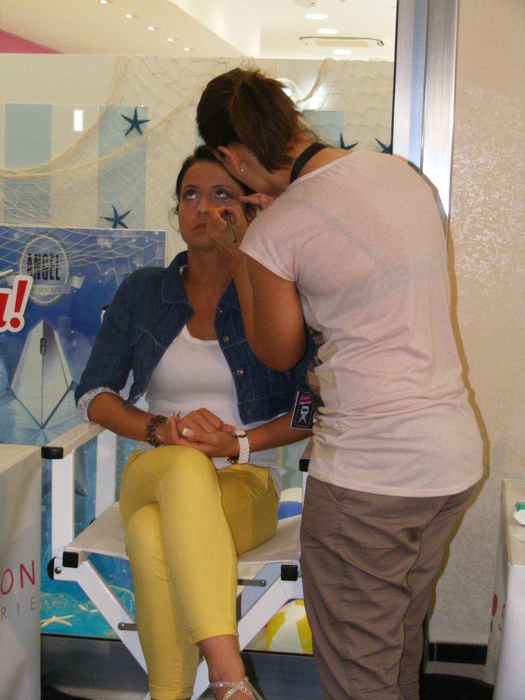 La candidata Calabrese Vincenza impegnata a realizzare il trucco alla sua modella
