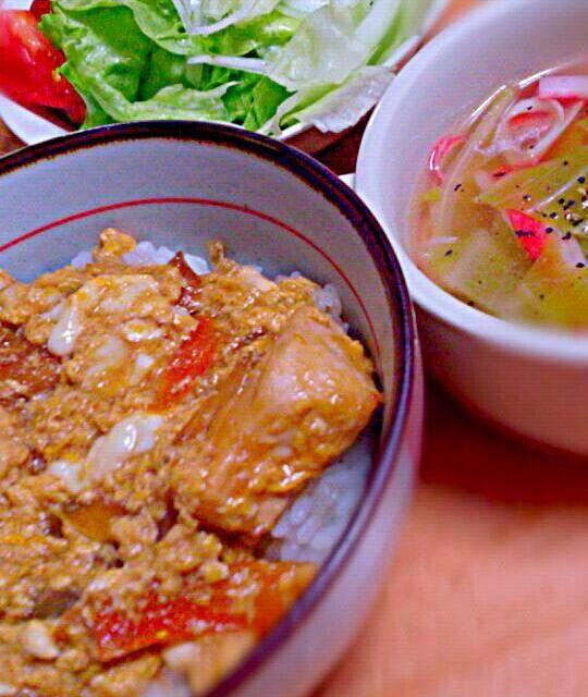 *鶏ムネ肉の親子丼 *キャベツとカニカマのスープ *サラダ  ムネ肉も片栗粉にまぶしてから使うと、柔らかくて美味しい(^^)d - 7件のもぐもぐ - 鶏ムネ肉の親子丼 by danceyuki