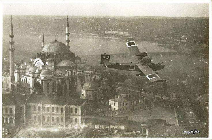 Süleymaniye Camii üstünde uçan askeri uçak. 1920'li yıllar.