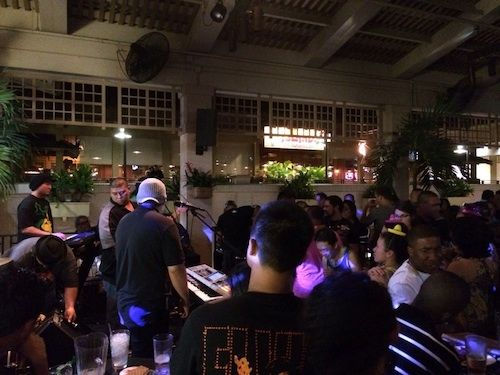 Best #Wednesday Nightlife on #Oahu: #MaiTaiBar in #Honolulu, HI! Awesome #LiveMusic (#Beach and #Reggaeton), great drink specials for late night #happyhour/#pauhana, and a total locals spot on the 4th floor of #AlaMoanaMall. Never has a #CoverCharge, and also great on weekends.