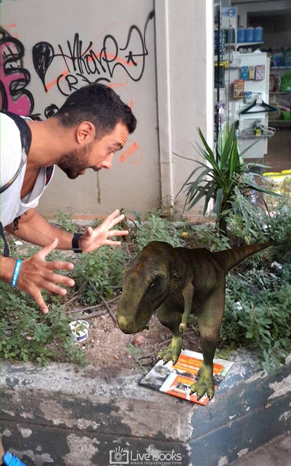 Έχει γυρίσει όλο τον κόσμο και έχει δει τα πάντα... εκτός από δεινόσαυρους. Σήμερα, το έζησε κι αυτό :) :) :) Ο μοναδικός Σάκης Τανιμανίδης με τα μοναδικά βιβλία που ζωντανεύουν!!!