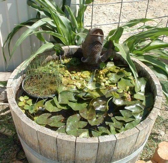 mini bassin en tonneau bois avec des éléments déco poisson en métal