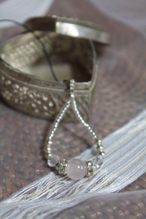 天然石はパールローズクォーツを使いました。ローズクォーツは、女性の優しさや美しさを輝かせてくれる石と言われています。ロンデンという材料を使って、キラキラ感も出...|ハンドメイド、手作り、手仕事品の通販・販売・購入ならCreema。