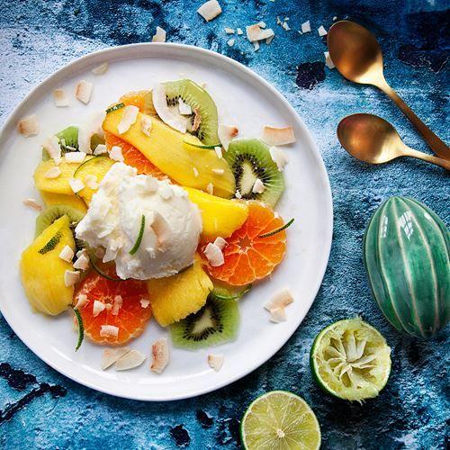Citrus- och ingefärsmarinerad frukt med kokosglass