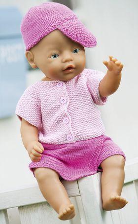 Dukkepigens friske sommersæt består af buksenederdel, kortærmet jakke og kasket