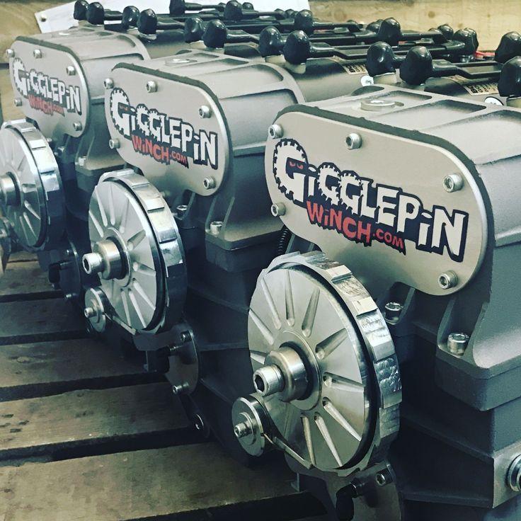 TREUIL DE COMPETITION BI MOTEUR BOW2 GIGGLEPIN GP100   ref: GP100   À l'occasion de son 20e anniversaire, Gigglepin est fier de présenter le nouveau treuil bi-moteur GP100. C'est fort, c'est léger et assemblé avec la fiabilité légendaire de Gigglepin. Disponible avec 5 réductions différentes et 3 longueurs de tambour différents. Avec des vitesses de ligne de 27m/min à 165 m/min, il y a un GP100 pour tout le monde!    #GP100 #treuil #treuil74 #Bimoteur