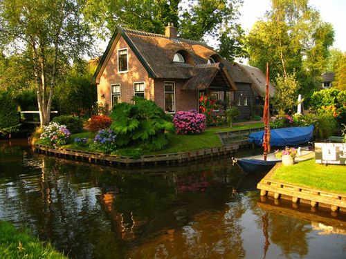 Cottage on the water. Beautiful landscaping!