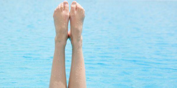 Une mauvaise circulation sanguine peut provoquer de la rétention d'eau et causer une sensation de gonflement. Un symptôme qui peut être favorisé par la chaleur, l'alimentation, une station debout prolongée ou les fluctuations hormonales (ménopause, grossesse ou menstruation). Quelques astuces peuvent permettre de lutter contre la rétention d'eau, et de retrouver des jambes légères. - Comment lutter contre la rétention d'eau