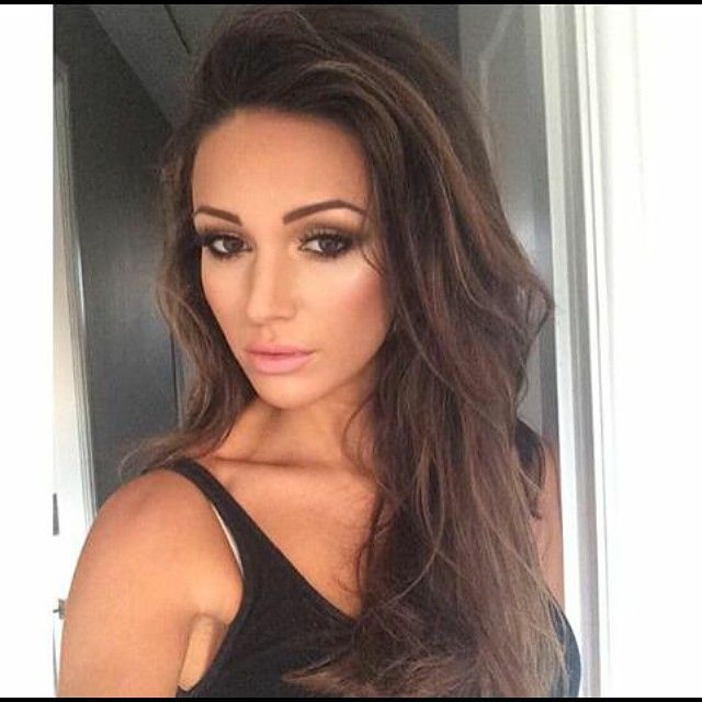 We think Michelle Keegan looks stunning in this glamorous but natural smokey eye and neutral lip make up look #beauty...x