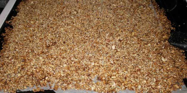 Knasende sprød granola med kokos, perfekt til det sunde morgen- eller mellemmåltid. Spis med f.eks. yoghurt eller skyr og top med lidt frugt eller bær.