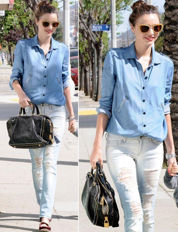 Miranda Kerr se atreve con un look de día 'total denim' de camisa y pantalones vaqueros que combinó con bolso negro y slippers de terciopelo burdeos.