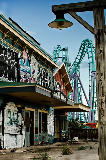 Six Flags New Orleans abandoned after Katrina; @Kristen Let's do a creepy photoshoot.
