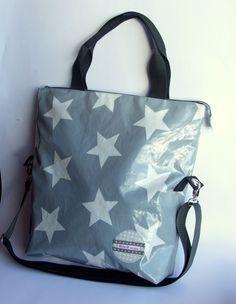 Bild: Tasche aus Wachstuch mit Cross-over-Henkel und Tragegriffen.