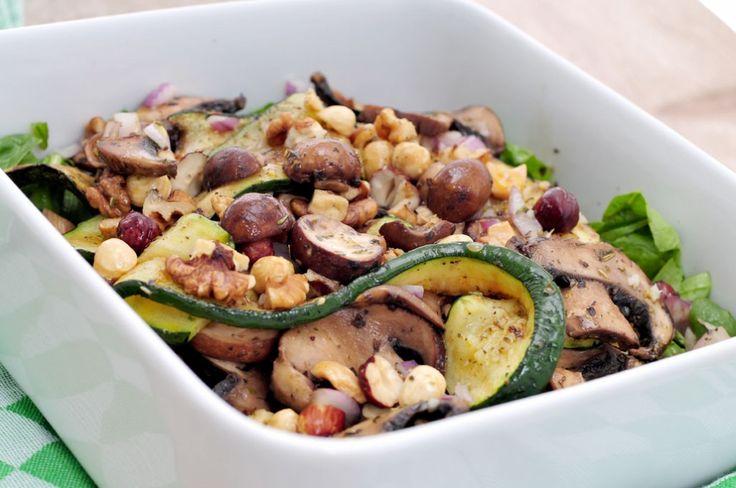 Deze herfstsalade met paddestoelen en hazelnoten smaakt erg goed en zit vol met vitamines en mineralen.