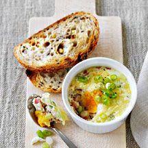 In de oven gebakken ei met ham en kaas