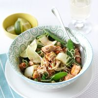 Oosterse zalm uit de wok met paksoi en peulen - Recepten - Recepten - C1000