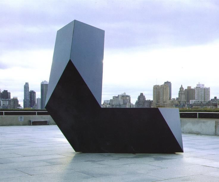 Tony Smith (1912 – 1980) Escultor norteamericano, artista de las artes visuales, y un destacado teórico del arte. Cursó estudios como arquitecto y en 1939 comenzó a trabajar para Frank Lloyd Wright y se interesó en los bloques modulares de hormigón de Wright. Es especialmente conocido por sus esculturas de estilo minimalista.
