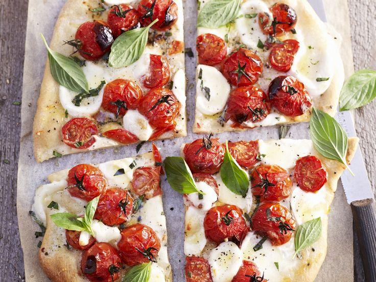 Pizza mit Tomaten, Mozzarella und Basilikum - smarter - Kalorien: 526 Kcal - Zeit: 40 Min. | eatsmarter.de