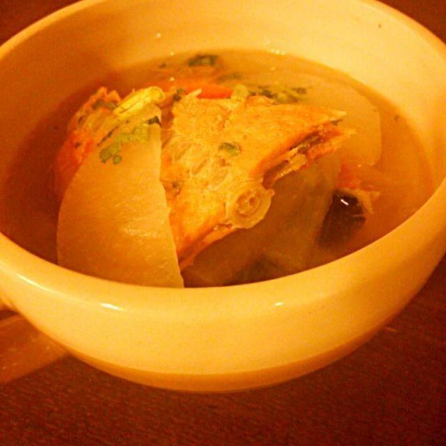 大きな紅鮭をいただいたので、アラはシンプルに潮汁でいただきました(*^^*) - 4件のもぐもぐ - 紅鮭のアラで潮汁 by mikiruru42