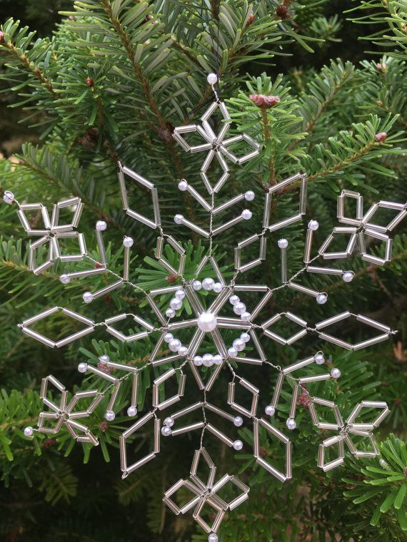 Unieke, handgemaakte decoratie. Prachtig als kerstversiering maar ook om in bloemstukken e.d. te verwerken.   Gemaakt van verzilverde draad, glaskralen en pareltjes  14,5 cm