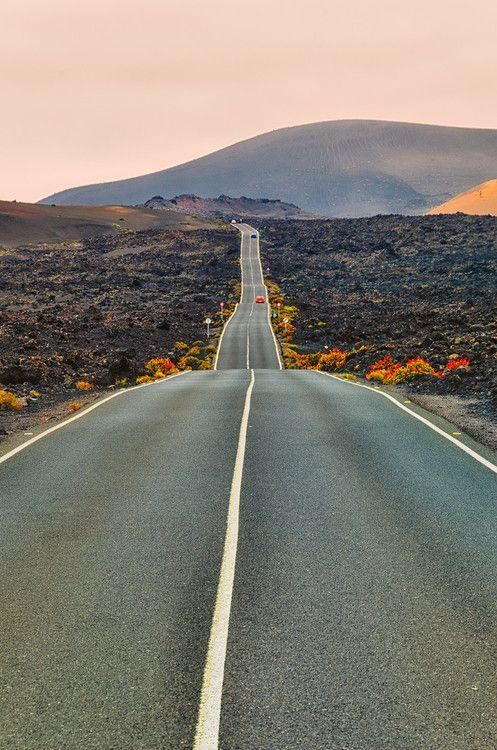 Carretera desierta en Lanzarote