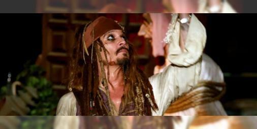 Johnny Depp'ten Disneyland Ziyaretçilerine Sürpriz!: Johnny Depp ziyaretçilerin karşısına Kaptan Jack Sparrow olarak çıktı!>> Haberi oku | on Beyazperde - 02 Mayıs 2017 #Salı