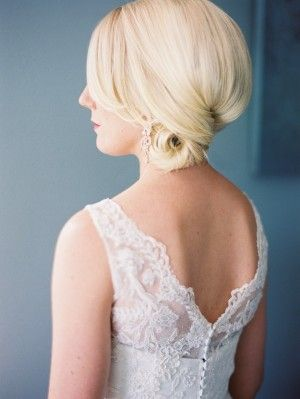 Classic bridal side bun hairstyle | photography by http://mastinstudio.com/