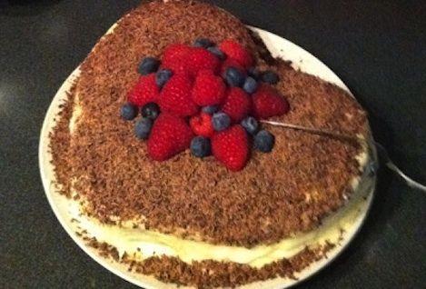 http://lenesanbefalinger.wordpress.com/2012/04/13/mork-sjokoladekake-med-hvit-sjokoladekrem/
