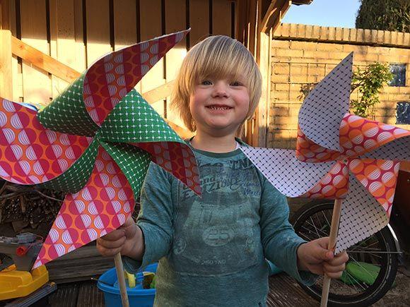 kinderen, peuters, kleuters, knutselen, maken, ideeën, tips, plakken, vouwen, origami, papier, karton, stokje, vakantie, zomer, lente, wind, windmolen, molentje, draaien, vrolijk, tuin, versiering, simpel, makkelijk, eenvoudig, snel