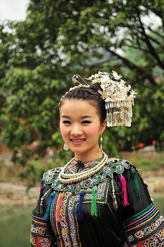 Miao Girl in Xijiang Miao Village découvrez des sacs Hmong chez Sac de princesse www.sacprincesse.com