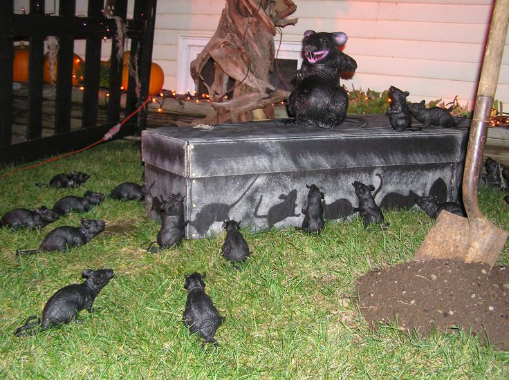 rats and shovel in dirtuse plastic under dirt to scoop up later - Halloween Ideas For Yard